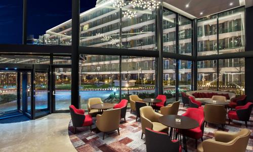 The lounge or bar area at Radisson Blu Residence, Istanbul Batisehir