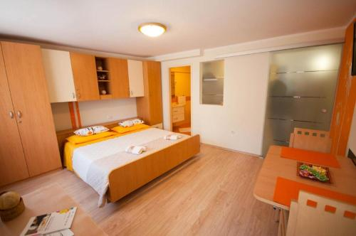A bed or beds in a room at Dario Apartments And Rooms