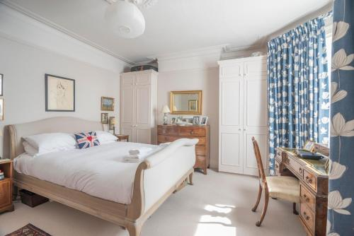 A bed or beds in a room at Clapham Common Home with Garden