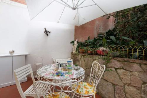 A restaurant or other place to eat at Terrace Apartment Monterosso