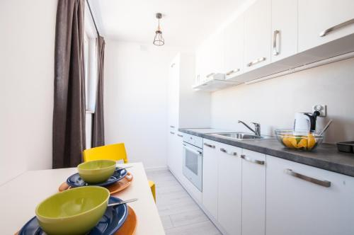A kitchen or kitchenette at Gibalskiego Apartment by SleepingCar