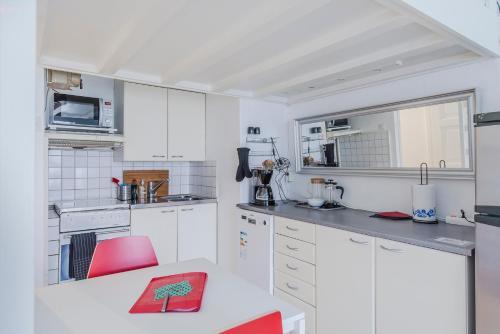 ヘルシンキ サウス セントラル アパートメント メリミエスにあるキッチンまたは簡易キッチン
