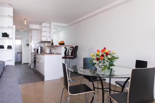 A kitchen or kitchenette at Two-Bedroom Apartment Diosa Tanit