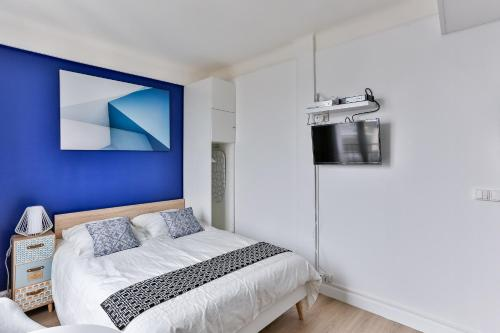 A bed or beds in a room at Studio Edgar Quinet