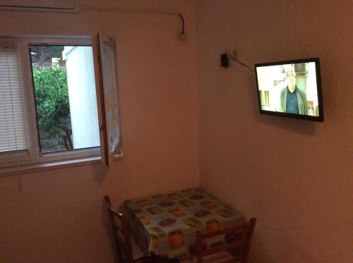 Televisyen dan/atau pusat hiburan di Apartments Tucepi Beach