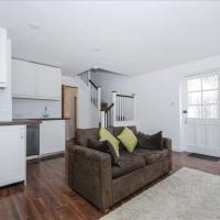 Bright 1 bedroom flat with private courtyard