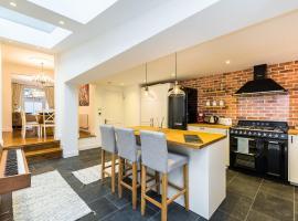 Stunning Spacious 4BD House with Garden - Sleeps 8, Лондон (рядом с городом Haringey)