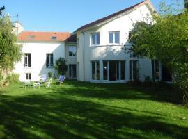 Chambre d'hôtes Villa du Hameau de la Reine, Ле-Шене (рядом с городом Vaucresson)