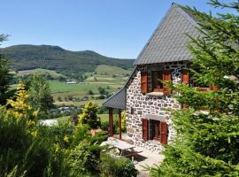 Farmhouse with mountain view, Le Claux (рядом с городом Recusset)