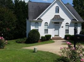 Entire tidy and cozy 2/1 home in prime location, Fuquay-Varina