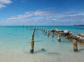 Ultimate Paradise Serenity Suite, Nassau (Yamacraw Beach Estate yakınında)