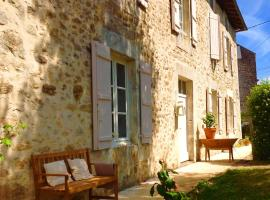 Domaine Charente - Holiday Home with own garden, Mazières (рядом с городом Mouzon)