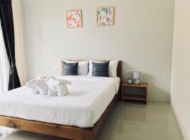 Snooze Inn Phuket, Бан-Пакхлок