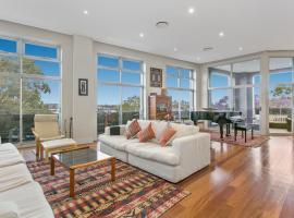 Elegant, 3-bedroom unit with Harbour views, Sidney (Abbotsford yakınında)