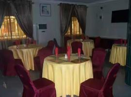 Mayroses Hotel, Amobia