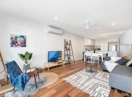 Beachfront Two Bedrooms, just 5 mins from Airport!, Gold Coast (Bilinga yakınında)