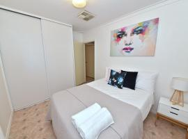 Entire House close to Perth Airport and City, Perth (Cloverdale yakınında)