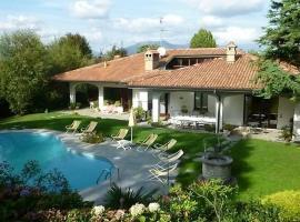 Villa con piscina per soggiorni estivi, Cassago Brianza (Nibionno yakınında)