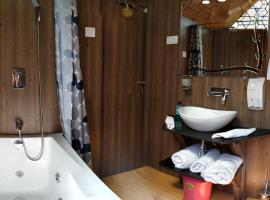 New Jacquline Heritage Houseboats, Srinagar