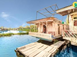 Room in a houseboat in Srinagar, by GuestHouser 23481, Сринагар (рядом с городом Gagribal)