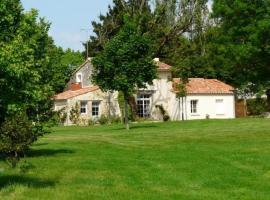 House Le vieux chêne, Bourneau (рядом с городом Mervent)