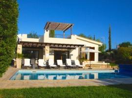 "Villa Lara ""Child Friendly Villa with Pool Alarm, Free Cot & High Chair"", Kouklia (Nikoklia yakınında)"