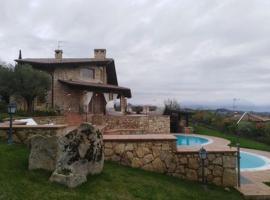 Villa Smeralda, Monte