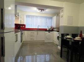 MOAT HOUSE NEC / AIRPORT - 5 Bed / 4 Bath Home