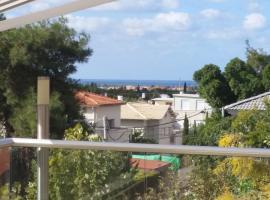 סוויטה על גג השרון, Ramat HaSharon