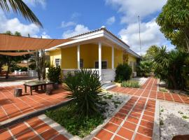 Private located house in a quiet area., Willemstad (Blizu: Santa Catharina)