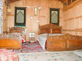 1 BR Houseboat in Boulevard road, Srinagar (8551), by GuestHouser, Сринагар (рядом с городом Daranbāgh)