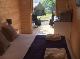 Romantic Getaway Luxury Wooden Cabin With Private Hot Tub and BBQ, Аберистуит
