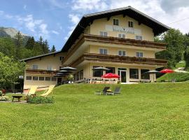 Hotel Kronenhirsch, Russbach am Pass Gschütt