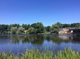 Kingfisher Lakeside Gîtes, Saint-Connan (рядом с городом Bourbriac)