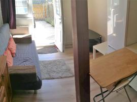 two-room studio with parking, Prag (Mratín yakınında)