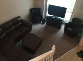 Somerset Furnished Four Bedroom Home by Condo4rent, Calgary (Blizu: Priddis)