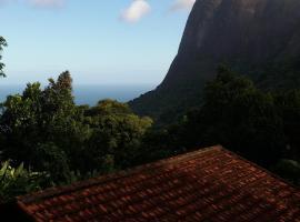 Casa na floresta com vista do mar