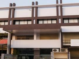 1 BR Guest house in Jashoda Nagar, Ahmedabad (F9F4), by GuestHouser, Ахмадабад (рядом с городом Bātwa)