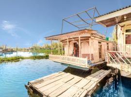 4 BHK Houseboat in Dal Lake Ghat no. 12, Srinagar(BB40), by GuestHouser, Сринагар (рядом с городом Gagribal)