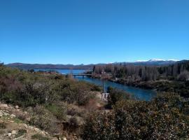 Cabaña con vista al río Limay y lago Nahuel Huapi, Dina Huapi (La Lipela yakınında)