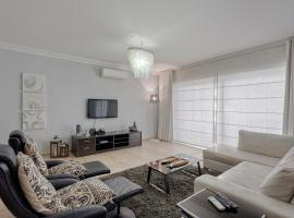 Luxury Apt with Side Seaviews and Pool, Best Location