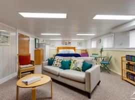 Wright Mansion Apartment- Urban Daylight Basement Apartment