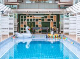 Villa Pool Lay