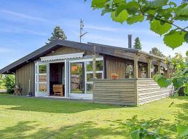 Three-Bedroom Holiday Home Rørsangervej 01, Hornbæk (Tikøb yakınında)