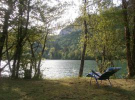 Maison Vacances Pieds Dans L'eau, Thoirette (рядом с городом Cornod)