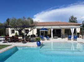 Villa avec piscine chauffée, Ле-Кастелле (рядом с городом Ле-Боссе)