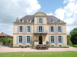 Chateau Les Bardons, La Pacaudière (рядом с городом Saint-Bonnet-des-Quarts)