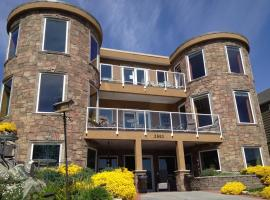 Beach Ave Castle Inn--Lakefront Luxury, Peachland
