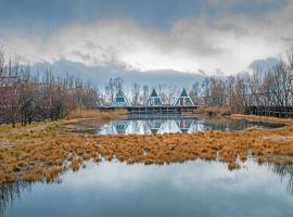 Lijiang Scenery Retreats Lake Front Villa Resort, Lijiang (Shigu yakınında)