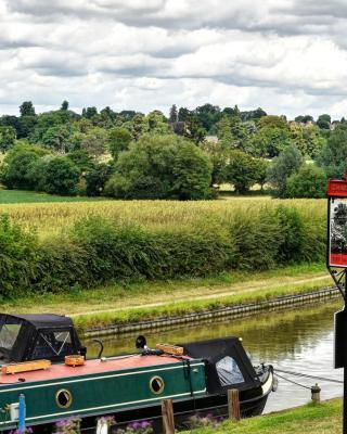 Narrowboat at Weedon